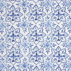 Avignon - Porcelain - Cotton fabric in white with a navy blue design of star shapes formed by small, simple leaves