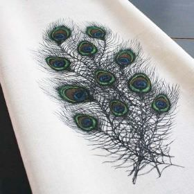 Pavo - Simplex - A cluster of elegant peacock feathers in dark shades of grey, blue and green, on white fabric made from linen and nylon