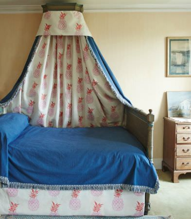 Barneby Gates -  Barneby Gates Fabric Collection - Modern plain bed cover dyed in vibrant blue shade and bed sheets in white with a pattern of pink pineapples