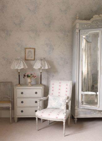 Kate Forman -  Kate Forman Fabric Collection - White padded armchair with flower chains and fabric walls with classic light blue flower pattern