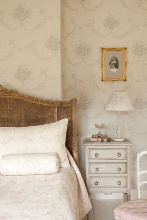 Kate Forman -  Kate Forman Fabric Collection - Classic white wall paper with faded blue flower motifs and white bed covers with pink floral images